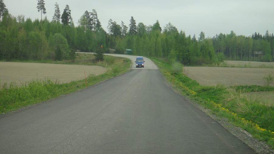 Ja tässä tuo pieni pätkä joka viime kesänä korjattiin. Siis parisataa metriä yhtäkkiä ihan uuttaa tietä reikätien keskellä?