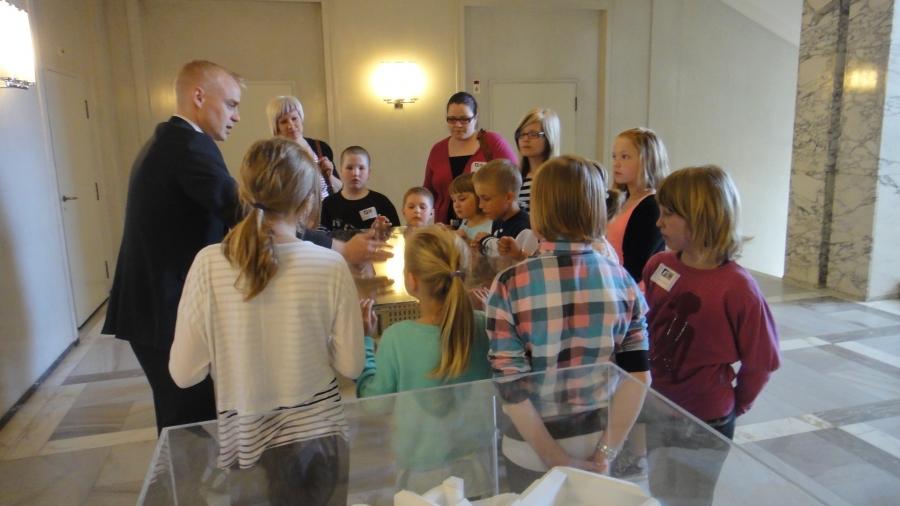 Peltosaaren Koulun Miniministerit vieraanani eduskunnassa. Ja ryhmää kävi myös tervehtimässä pääministerimme Jyrki Katainen. Hieno juttu, että pääministerillä on aina aikaa lapsille. Arvostan.