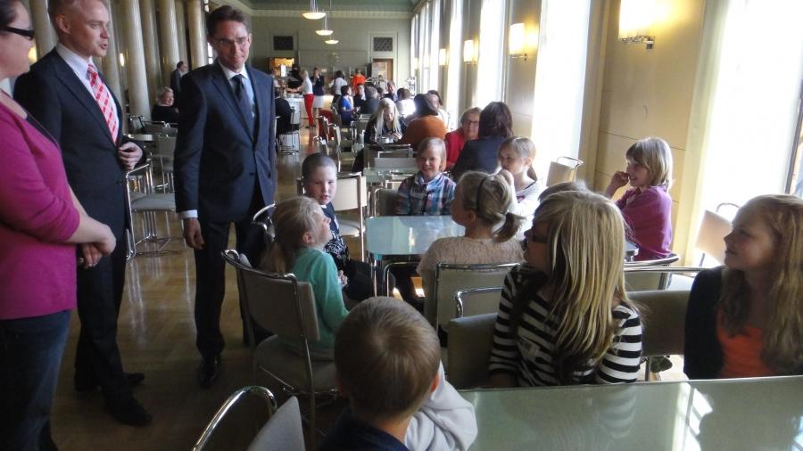 Ja tässä sitten eduskunnan kahvilassa limskalla yhdessä pääministeri Jyrki Kataisen kanssa.