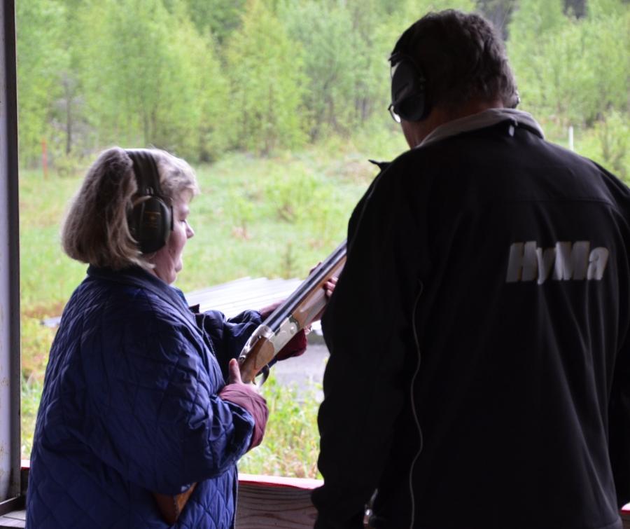 Ja Taina Noopila oli illan paras kivääriampuja ja hyvin onnistui haulikollakin ampuminen. Kouluttajana ja neuvojana tässä Pekka Liljanoksa. Taina muuten oli tämän Naistenillan idean äiti. Siitä suuri kiitos Tainalle.