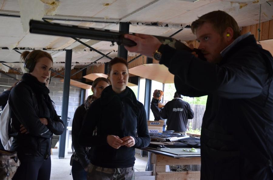 Ja tässä Heikki Järvinen opastaa haulikon käytössä ennen itse ampumaan pääsyä.