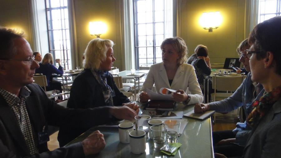 Ja tänään mielenkiintoinen keskustelu teemasta Hevoset ja kunnat -yhdessä hevosalan ammattilaisten ja kuntaministeri Henna Virkkusen kanssa eduskunnan kahvilassa.