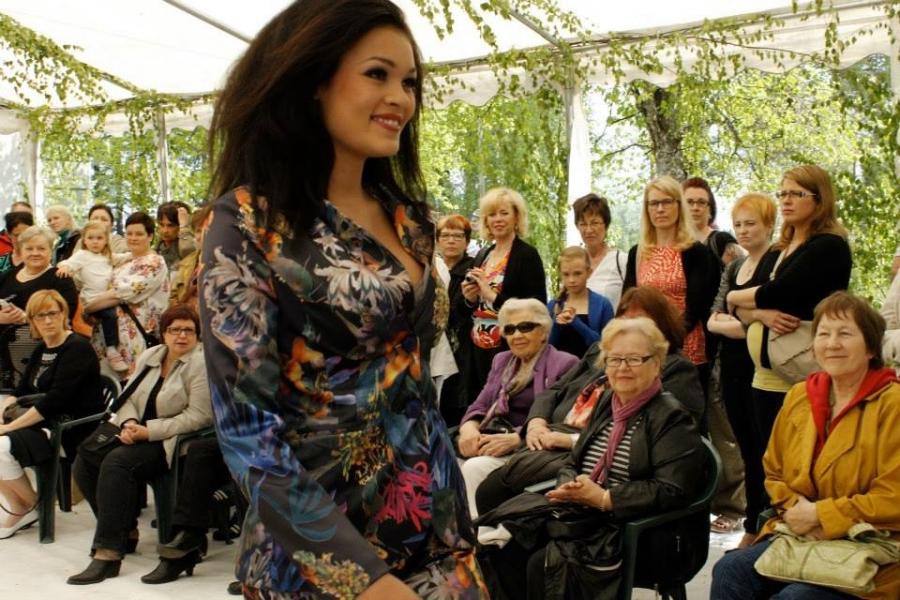 Lisää kuvia FB-ryhmässä: Kansio 1 ja Kansio 2. Hallitseva Miss Globe Kati Kokkonen oli yksi muotinäytöksen kuvatuimpia malleja. Pitkän ja näyttävän hämeenlinnalaisen päälle sopi niin Jukka Rintalan uniikit iltapuvut kuin Kartanoputiikin kevään uutuudet.