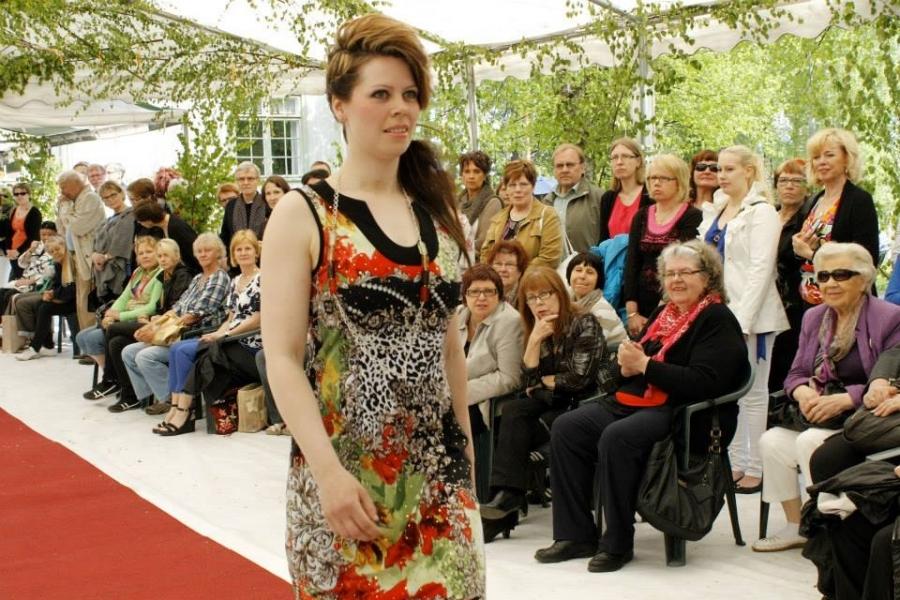 Kirsi Tulkki palasi 10 vuoden tauon jälkeen catwalkille. Ja oli kuin olisi viime eilen hurmannut punaisella matolla.