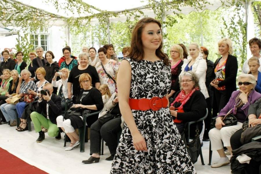 Ja tässä Minna Nikkilä Jukka Rintalan upeassa mekossa. Minna on edustanut Suomea lukuisissa kansainvälisissä kilpailuissa.
