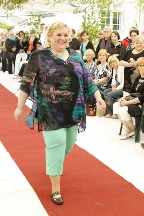 Ja Mirva Leinonen esitteli varmoin ottein Kartanoputiikin monipuolista ja näyttävää kesän ja syksyn mallistoa.