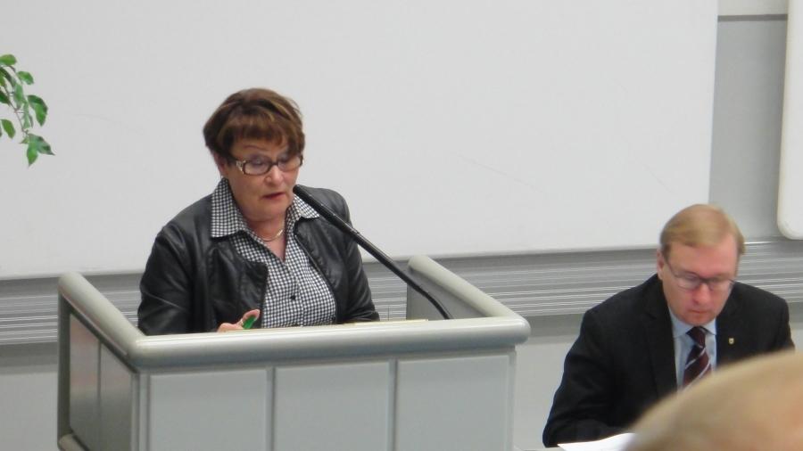 Ja tässä Eija Aittola pitää puhetta tarkastuslautakunnan puheenjohtajana. Oikealla uusi maakuntajohtajamme Timo Reina.