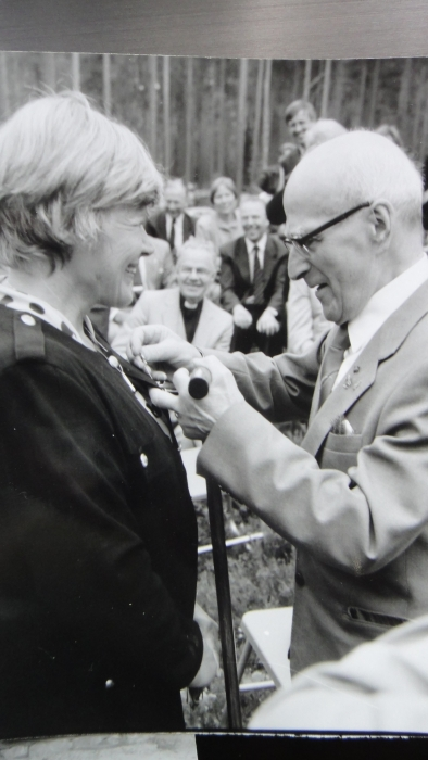 Kenraali laittaa Marskin -merkin Rehnin takin rinnukseen ja tätä hetkeä edelsi upea ja tyylikäs suudelma kädelle.