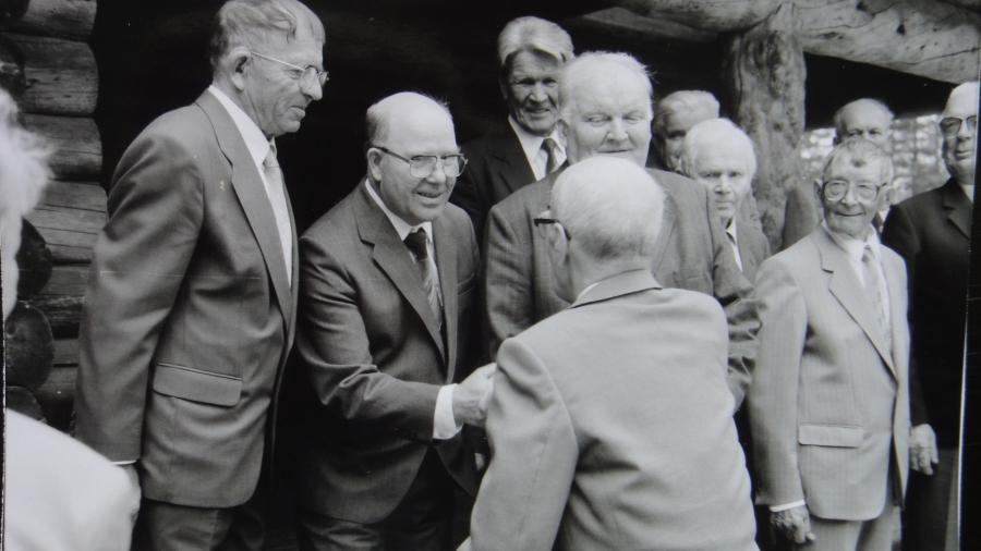 Tässä historiallinen kuva. Kenraali tervehtii Majan rakentajia Lopen Marskin Majalla.