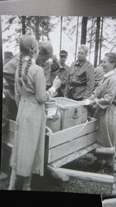 Ja kenttävartiomuseo Sisu on avattu ja avajaispäivänä siellä oli paikalla suomalaisia sotilaita ja totta kai Lottiakin ja Suomenhevonenkin.