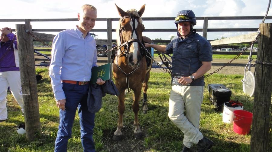 Ja pääsinpä minäkin kuvaa. Jari Nylund siis minun ratsastuksenopettajani ja tänään Jallu Riksun raveissa Siron Veijarin eli Veikon kanssa.