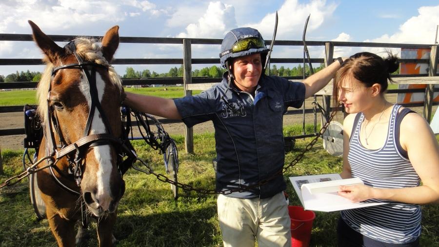 Ja eduskunta-avustajani Tiina Seppälä auttaa sitten hevoshommissa Jaria. Moniosaaja todellakin.