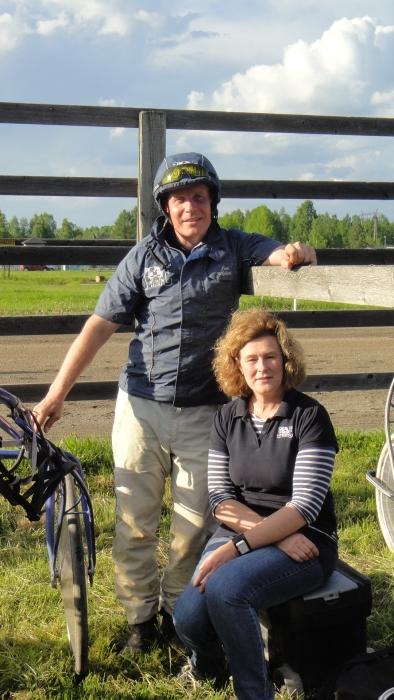Ja tässä Kolmen Hevosen kaksikko eli Minna Varis ja Jari Nylund. Tallin ykkönen Hurja Ero on mukana seuraavaksi Suur-Hollolassa ja sitten toivottavasti Kuopion Kuninkuusraveissakin.