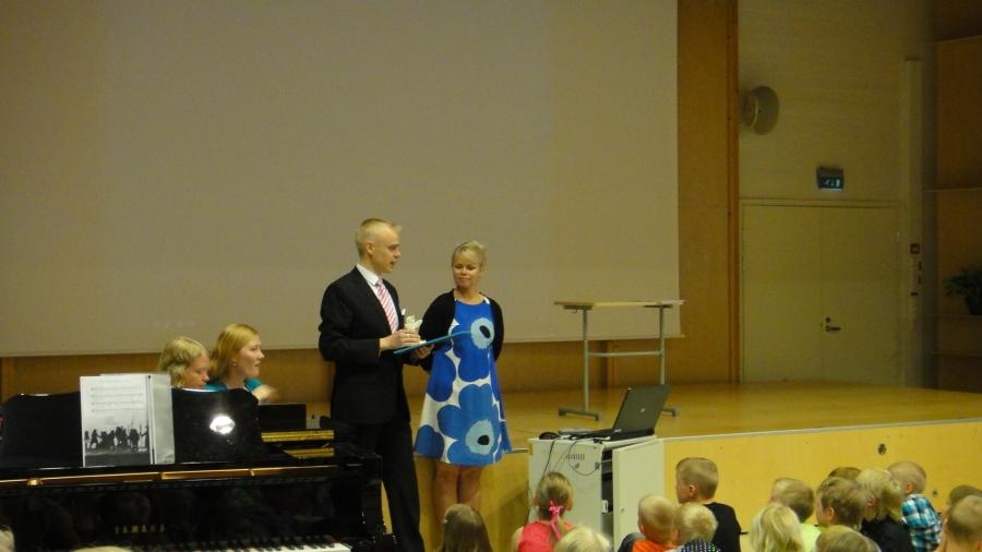Ja tässä sitten Kirkonkylän koulun apulaisrehtori Salla Kilpisen kanssa jakamassa 18. kertaa Kunnon Kaveri palkintoa.