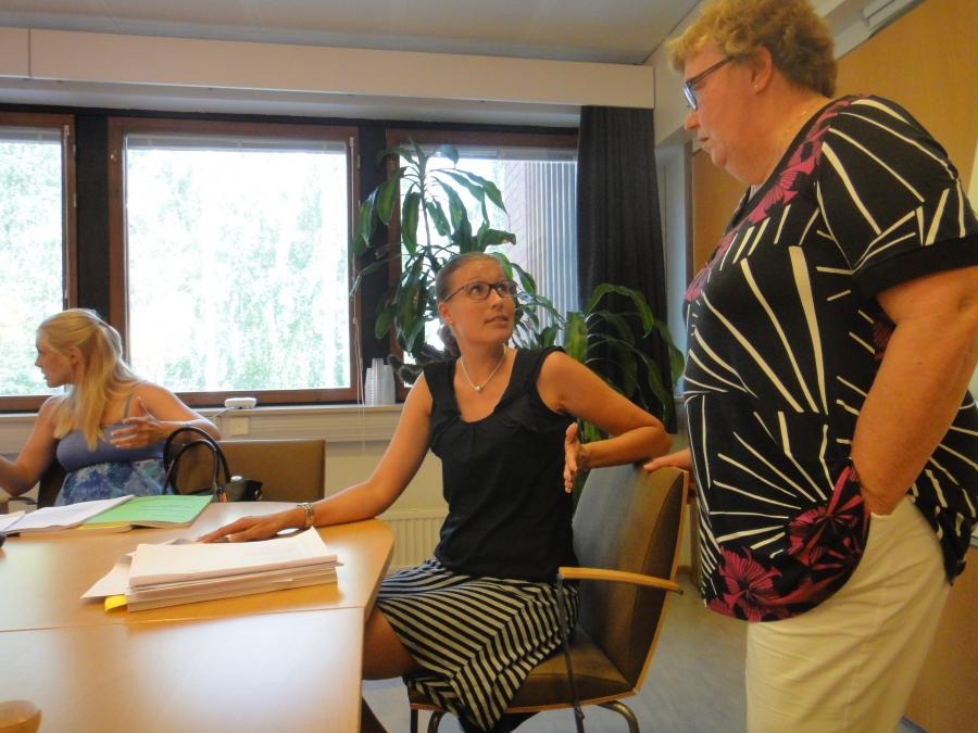 Kokoomuksen valtuustoryhmän puheenjohtaja Eeva Pyhälammi keskustelemassa Sirpa Hopearuohon (oik) kanssa valtuuston asioista.