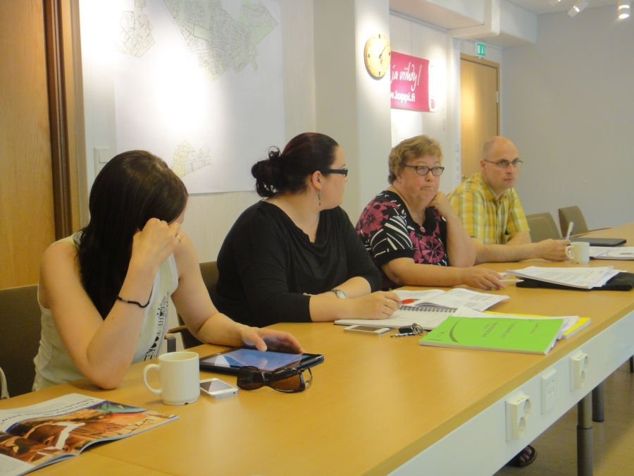 Ja vielä toiselta reunalta sitten meidän ryhmästä Aleksi Rautiainen, Sirpa Hopearuoho, Anniina Lucenius ja Tiina Seppälä. Itse olin super tyytyväinen kun ryhmäkokouksessa jokainen meidän yhdestätoista valtuutetusta halusi antaa täyden tuen Pilpalan iltapäivätoiminnan aloittamiselle ja avustajan palkkaamiselle alaluokkaan. Samalla myös uusimme vahvan tahtomme antaa kylille ja kyläkouluille työrauha. Ja kun kylät ja koulut kasvavat niin pitää olla myös halua panostaa kouluihin senkin jälkeen.