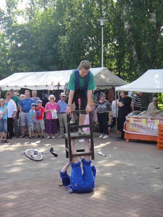 Ja ohjelmaa oli monenlaista. Sirkuskoululaisten esitys oli hauska uutuus ja lisä kesäiselle torille.