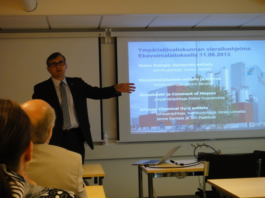Yhtenä vierailumme isäntänä oli eilen Hämeenlinnan kaupunginjohtajaksi valittu Timo Kenakkala. Tässä Kenakkala esittelee Laanilan Ekovoimalaa.