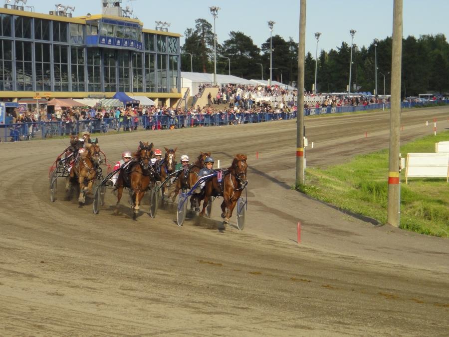 Muutama tunnelmakuva Kymi GP:stä. Tässä ensin Lopen kaksikon menoa eli Hurja-Ero ja Jari Nylund. Ja loppilaisille makea divisioonan finaalivoitto ja 10 000 euroa.