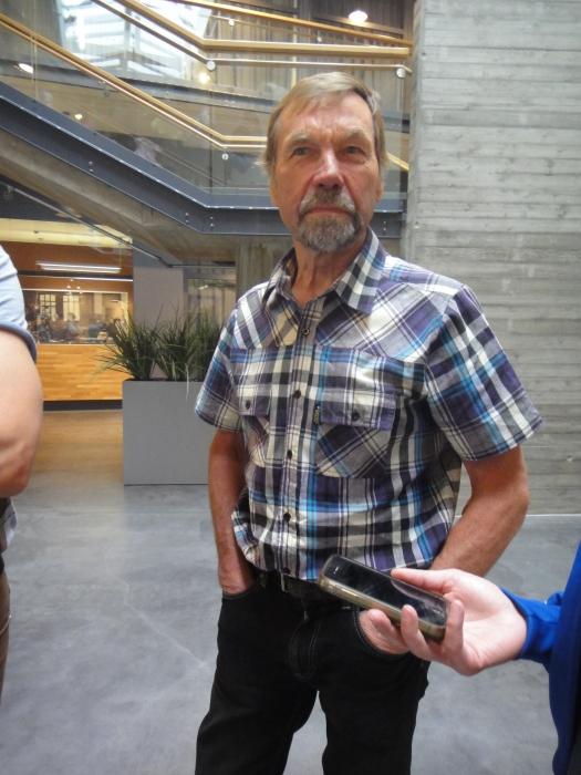 Ja tämän miehenhän kaikki tuntevat. Itse Heikki Mikkola ja Hessu muuten lupasi, että tulevana perjantaina hän on itse myymässä aamusta perunaa Lopen torilla. Eli kello 9.00 saa Lopen uutta Siikliä itse mestarin kapasta.