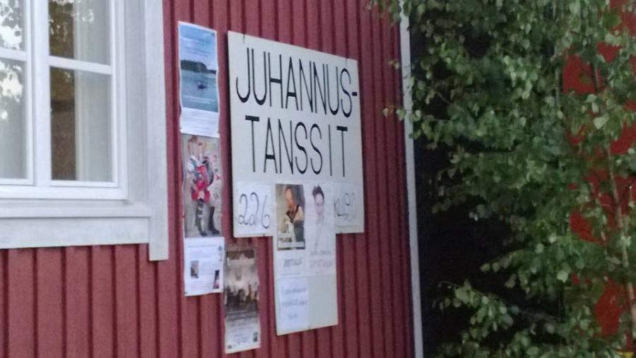 Järventaustan Pirtillä perinteikkäät Juhannustanssit eilen ja tanssittajana tietenkin Rannanmaan Tapsa yhtyeineen.