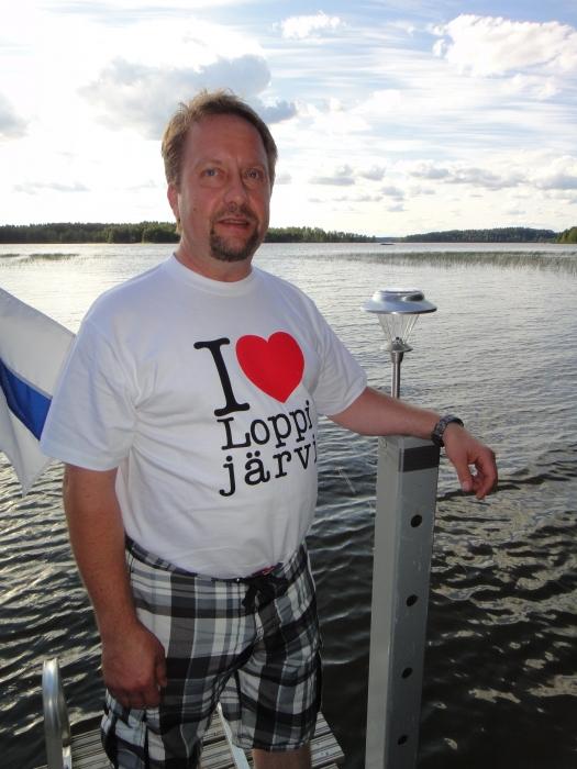 Ja tässä yhden aktiivisimman Loppijärven puuhamiehen Jarmo Laukkasen päällä tuo Loppijärven oma t-paita. Paitoja saa Kuntalan Kesäkahvilasta pinssien tapaan.