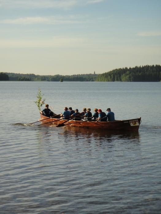 Toinen Loppijärven Valkeat Yöt -soutelu päästiin soutamaan tälläkin kertaa upeassa aurinkoisessa illassa ja alkuyössä. Väkeäkin viime vuotta enemmän ja hienoa, että myös erilaista ohjelmaa järven parissa ja rannalla lapsillekin.