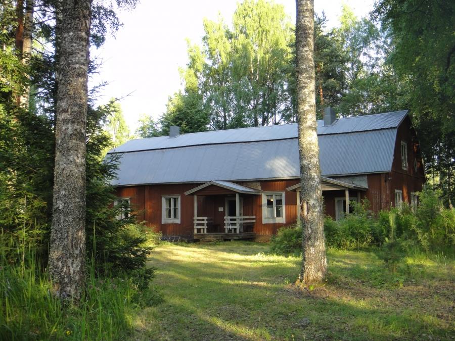 Syrjän vanhan taloa historiaakin oli illan aikana kerrottu väelle. Erja Noroviita kertoi Syrjän vanhan talon historiasta ja Aino Kallaksesta.