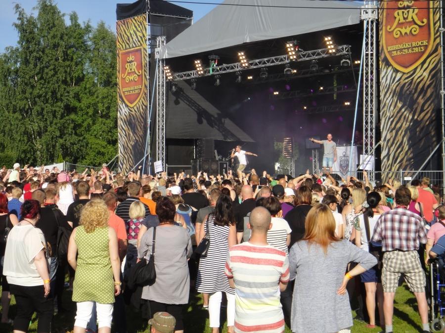 Ja tänään alkoi myös Riihimäki Rock ja se viidennen kerran. Kulttuurikummini Jare Tiihonen alias Cheek oli avausillan yksi pääesiintyjä ja hän vetikin messupuiston täyteen väkeä.