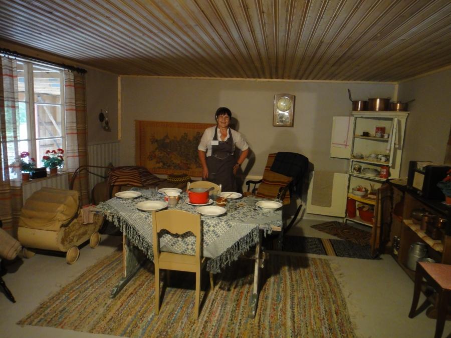 Ja talon emäntä Riitta Lehtonen uudessa 50-luvun huoneessaan.