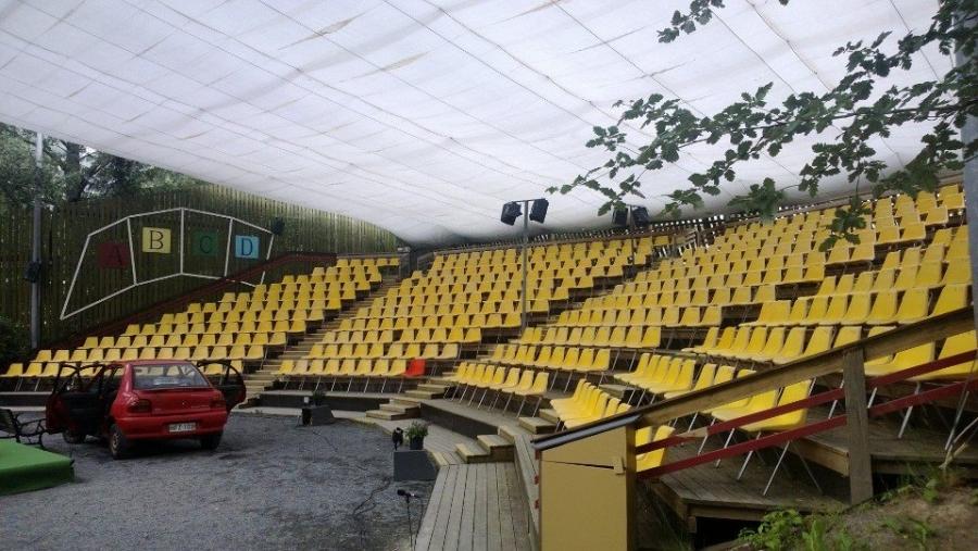 Niin ja tällainen on teatterimme sadekatoksen kanssa eli pikku eikä suurempikaan sade ei Lopen Kesäteatterissa menoa haittaa.