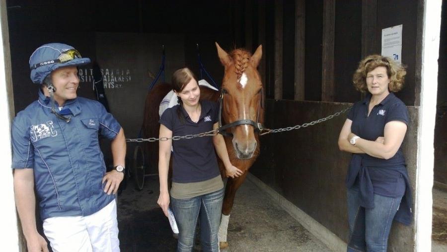 Ja tässä vielä tuo Hurja-Eron tiimi eli vasemmalla Jari Nylund ja oikealla Minna Varis. Ja Eeron kanssa hevosesta raveissa huolehtiva Tiina Seppälä. Aivan... Eerolla ja minulla on sama avustaja. Tiina siis eduskunta-avustajanani päivätyössä.
