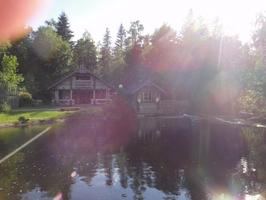 Ja tässä hieman kuvia Kalamyllyltä eli tuoreen hyvän lohen lisäksi Kalamyllyltä saa myös upeita käsitöitä ja matkamuistoja. Idyllinen paikka kaiken kaikkiaan ja mukava Koivulan pariskunta Soili ja Markku aina saavat hyvälle tuulelle.