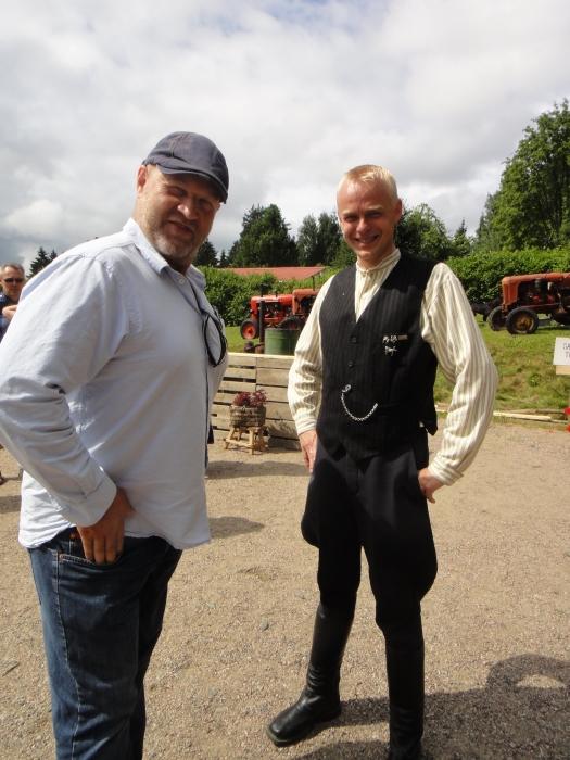 Ja tässä elokuvaohjaaja Markku Pölösen kanssa. Markkuun tutustuin aikanaan kun hän perheineen asui Lopella. Tänään Markku tuli entiseen kotikyläänsä avaamaan 10. Krouvin Kyläpäivät ja olikin mukava nähdä miestä pitkästä aikaa. Keskustelun aikana heräsi ajatus jos vaikka Lopelle saataisiin jälleen kesänäytelmä Markun kynästä. Laitoin ehdotusta eteenpäin.