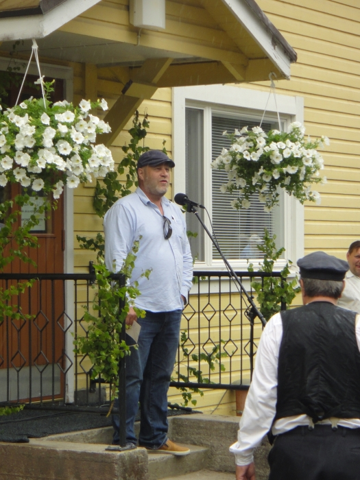 Ja tässä entinen Joentaan kylän asukas Markku Pölönen avaamassa 10. Krouvin Kyläpäiviä.