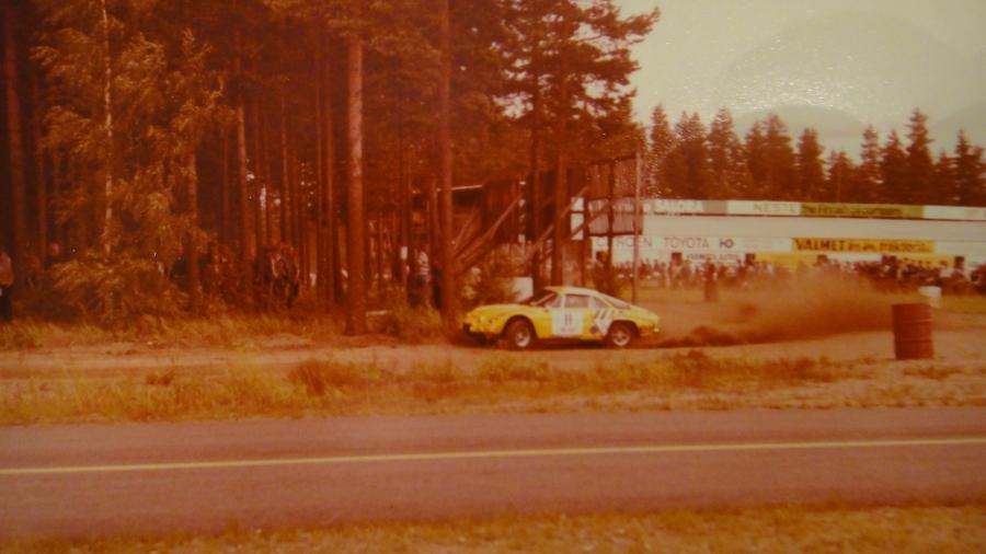 Laitetaankin kuvat näin päin eli ensin muutama albumilöytö enoni Pekka Heikkilän kansioista. Tässä siis vanhoja tunnelmia Räyskälästä parin kuvan voimalla. Tässä Kai Saarenmäen tunnistamana Timo Mäkelä tehtaan kilpaosaston rakentamalla Renault Alpinella.