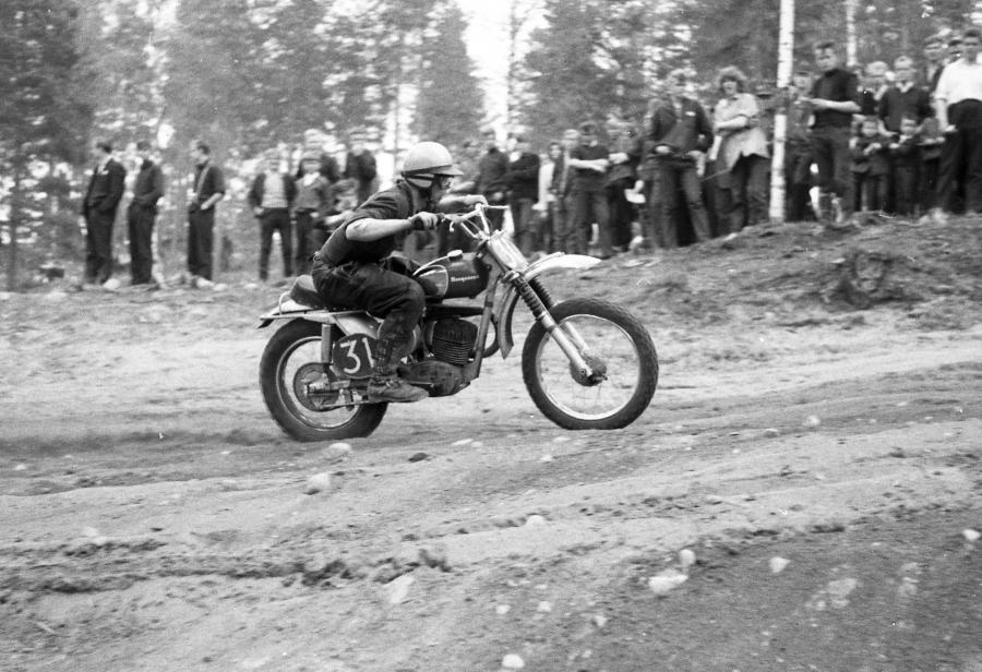 Ja tässä sitten itse legenda menossa ja tutussa ilmalentoasennossaan. Nelinkertainen motocrossin maailmanmestari Heikki Mikkola uransa alkuvuosina. Kuvat: Juhani Länsiluoto.