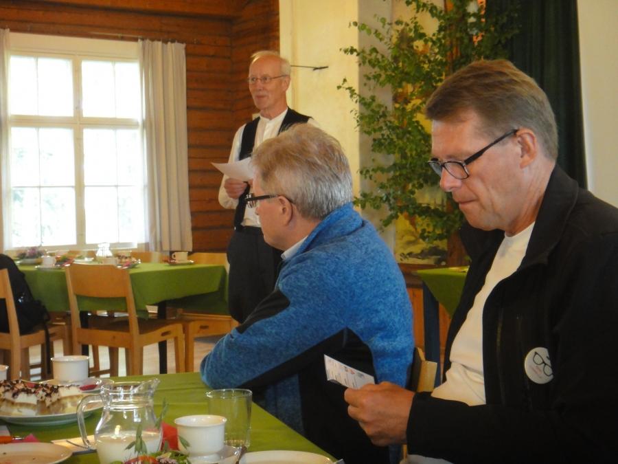 Aamusta istuimme Mommilassa kahvittelemassa. Soutelujen pääpuuhamies Markku Juhola kertoi tapahtuman historiasta ja tästä päivästä. Ja ennen muuta siitä mitä kaikkea soutelun avulla on Mommilanjärven hyväksi tehty. Mukana  tilaisuudessa oli kansanedustajista myös kollegani Johannes Koskinen ja perinteen mukaan soutamassa myös ex-pääministeri Matti Vanhanen.