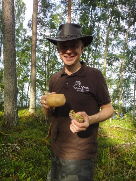 Ja hyvältä maistui eväät Torkinmäen ja suon läpi rämmittyä. Kesäretkiä ja kesähetkiä.