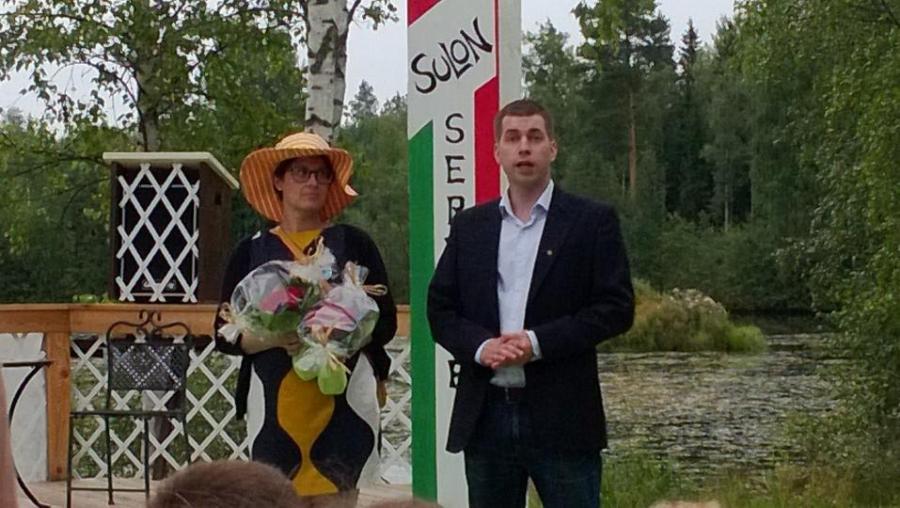 Hollolan Kokoomuksen tehokaksikko puheenjohtaja Janne Salminen ja Kristiina Hämäläinen kiittivät yhdistysaktiiveja ennen kesäteatterin alkua. Tässä sellainen kaksikko josta varmasti vielä kuulemme. Toivottavasti viimeistään kahden vuoden kuluttua.