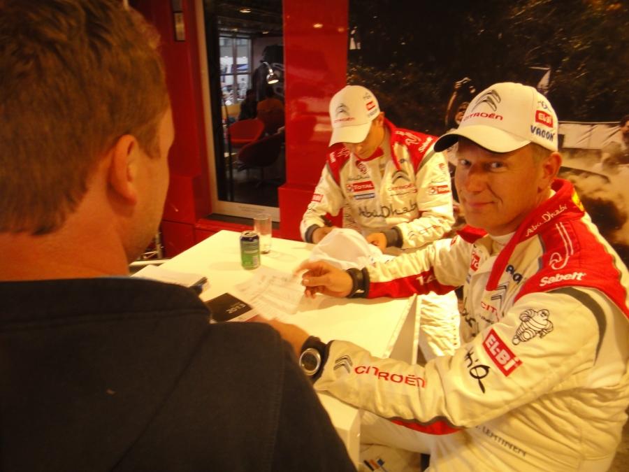 Mikko Hirvonen ja Jarmo Jarmo Lehtinen tänään aika-ajon nopeimmat. Tässä kaksikko Citroenin motorhomen suojissa ennen aika-ajoa.