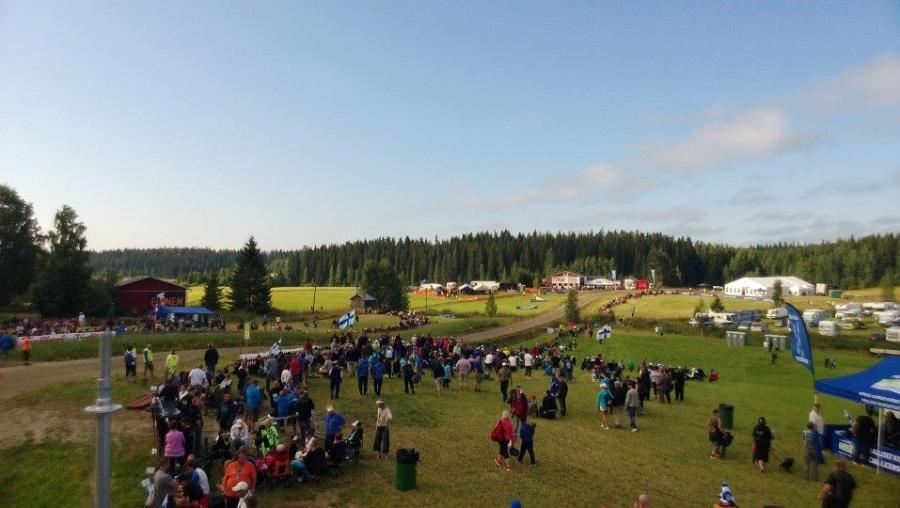 Ja sitten hieman tunnelmakuvia Ouninpohjasta. Kakariston risteyksellä tässä vielä odotellaan väkeä ja kilpailijoitakin aamutuimaan...