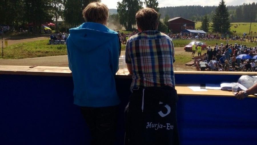 Ja myös ravuri Hurja-Eron isäntä Jari Nylund oli seuraamassa Kakaristossa MM-rallia poikansa kanssa. Hevosvoimat jylläsivät.