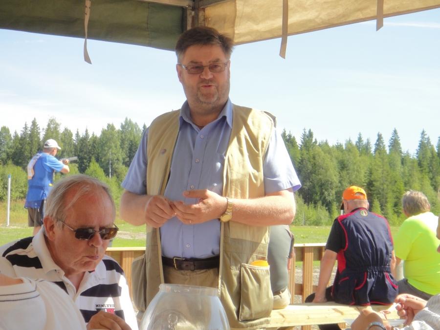 Ampumaratayhdistyksen puheenjohtaja, Sakon, Kari Kuparinen piti hyvän katsauksen radan rakentamiseen ja kiitti myös talkoolaisia ja AHA:n väkeä hienosta kilpailusta. Vieressä istumassa Timo Suni.