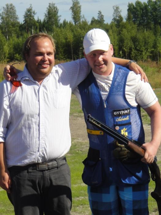 Ja tässä mestari Tommi Takanen asesponsorinsa Krister Kärjen kanssa.