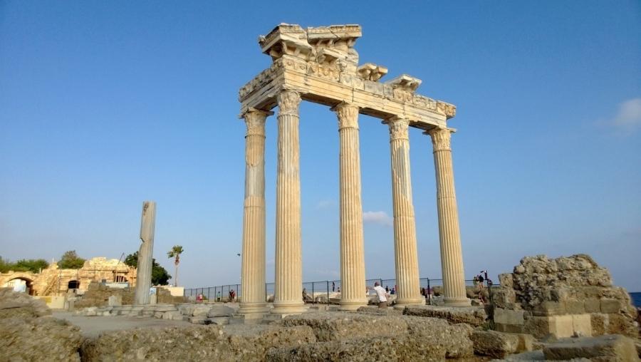 Athenan ja Apollon temppelien rauniot Antiikin Sidessä.