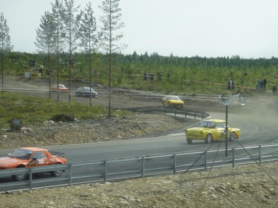 Ja toimii... Rallicrossin SM-sarjan osakilpailussa tilanteita riitti. Itseasiassa aikanaan toimin tämän sarjan pääselostajana kun laji tuotiin uudestaan Suomeen. Upeita SRC-muistoja.