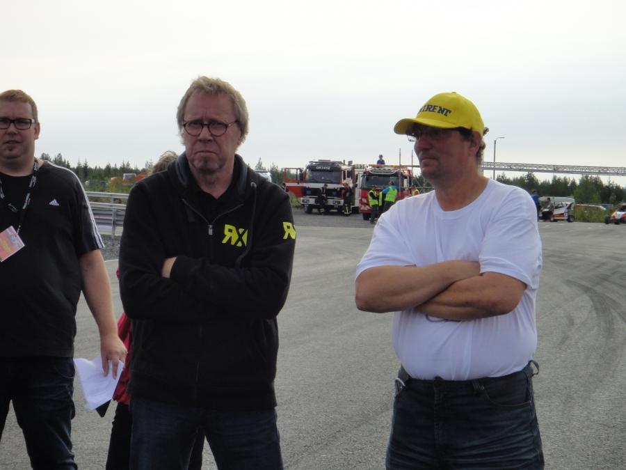 Ja radan isäntä Jarmo Pekkala (oik) ja Rallicrossin Euroopanmestari ja radan suunnitellut Matti Alamäki sekä kilpailun selostaja Tico Anttonen.