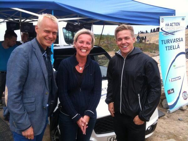 Ja tässä sitten AKK:n Tiina Lehmosen ja rallicrossin MM-sarjaa ajavan Toomas Heikkisen kanssa FIAN:n Turvassa Tiellä -kampanjan teltalla.
