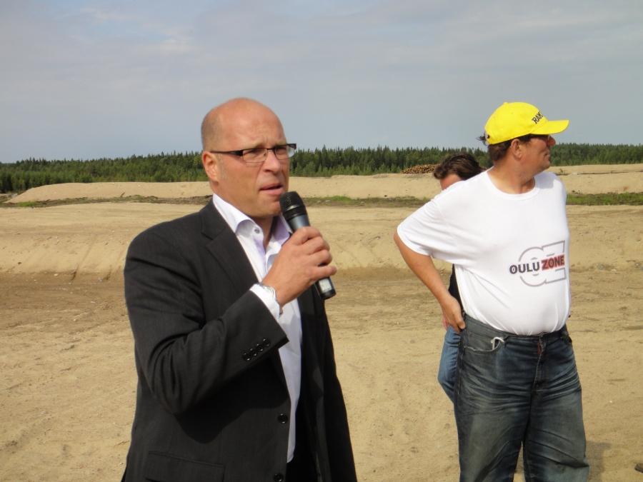 Suomen Moottoriliiton toimitusjohtaja Kurt Ljundqvist piti hyvän puheen motocrossradan puolella.